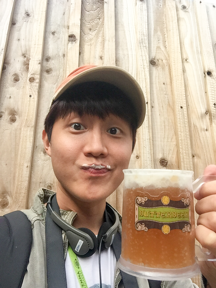 Selfie with a mug of butterbeer from the Harry Potter café!